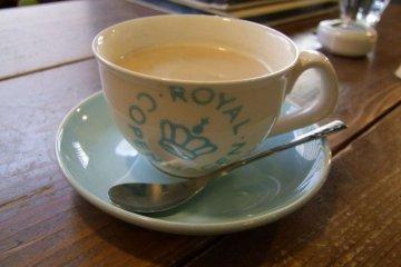 Чай латте в очаровательном кафе Vanitoy Bagel в Кавагоэ