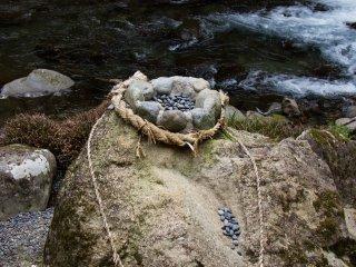 그것은 쉬워 보인다. 먼 거리는 아니지만, 작은 돌들은 잘 조준을 했더라도 다시 튀어나오는 경우가 많다