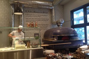 大きな釜で焼かれるピザは注文してから5分ほどで焼きあがる