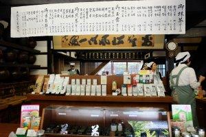 ด้านหน้าเป็นร้านขายชา มีให้เลือกหลายแบบ สามารถชิมก่อนตัดสินใจได้