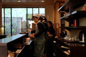ภายในเป็น Tea Room ที่สาธิตวิธีชงชา แล้วให้ลูกค้าลองชงชาเองด้วย