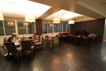 <p>大家常常聚集一堂的客厅兼餐厅!</p>