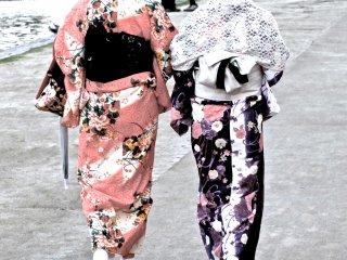穿著和服的女人在河畔散步