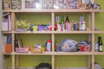 <p>Shelf near the kitchen displaying different decorations.</p>