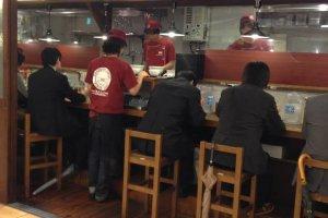 เมื่อขึ้นลิฟต์มาที่ชั้น 8 ของห้าง Yodobashi-Akiba ท่านจะพบกับร้านราเมงทีวีแชมป์เปีียน Shabuton รอท่านอยู่