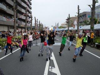 Sekelompok penari dari sekolah hip-hop lokal yang penuh tenaga