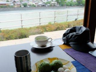 นั่งจิบชา ทานขนม ริมแม่น้ำ