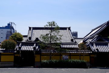 <p>Inner temple buildings of Honno-ji</p>