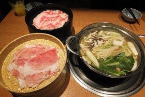 ชาบูหมูและเนื้อในน้ำซุปนมผสมคอลลาเจน