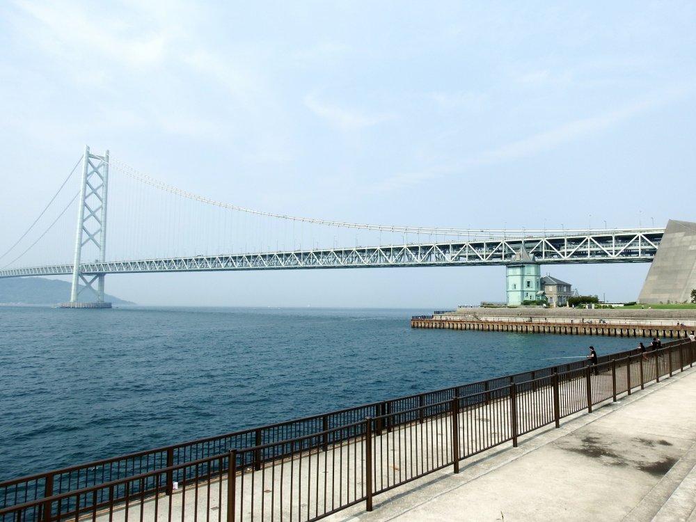舞子公園のシーサイドウォークから眺める明石海峡大橋 (パールブリッジ)