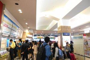 Di dalam Stasiun JR Tokushima. Biasanya sangat ramai karena Liburan Golden Week