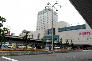 Stasiun JR Tokushima terlihat dari salah satu halte bus