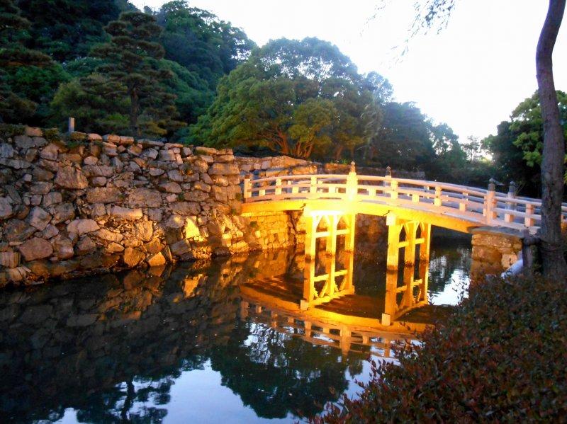 <p>Lit-up Sukiya Bridge at dusk, beautiful!</p>