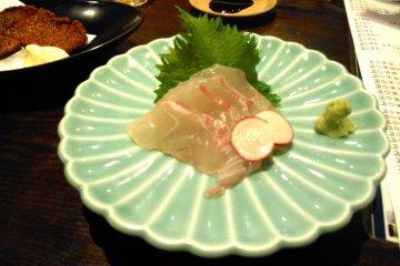 타이의 사시미. 자연산 도미도 도쿠시마의 특산품 중 하나이다. 도쿠시마에서 이걸 맛보지 않고는 떠날 수 없어!