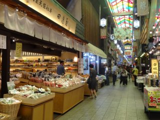 Pasar Nishiki Kyoto yang terkenal.