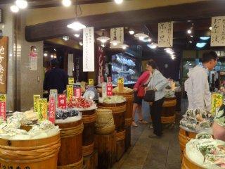 ร้านขายผักดอง ร้านแรก มีผักดองหลายๆ ชนิด มากมายจนล้นร้าน