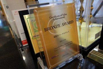 <p>โรงแรมนี้โกยรางวัลมามากมาย เหล่าเกียรติบัตรและถ้วยรางวัลถูกตั้งอวดโฉมอยู่ในชั้น Lobby นี้เอง</p>