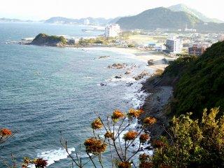 Kota Naruto dan laut dilihat dari tempat observasi Tea-Garden di Taman Naruto