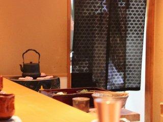 カウンター隅では鉄瓶でお茶を沸かしている
