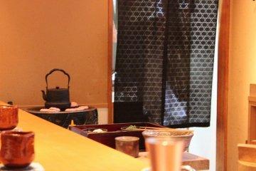 <p>カウンター隅では鉄瓶でお茶を沸かしている</p>
