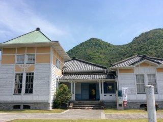 Рюдзёкан - это здание ненавязчиво сочетает в себе японский и западный стили: светло-голубые оконные рамы, зеленые двери и японские черепичные крыши.
