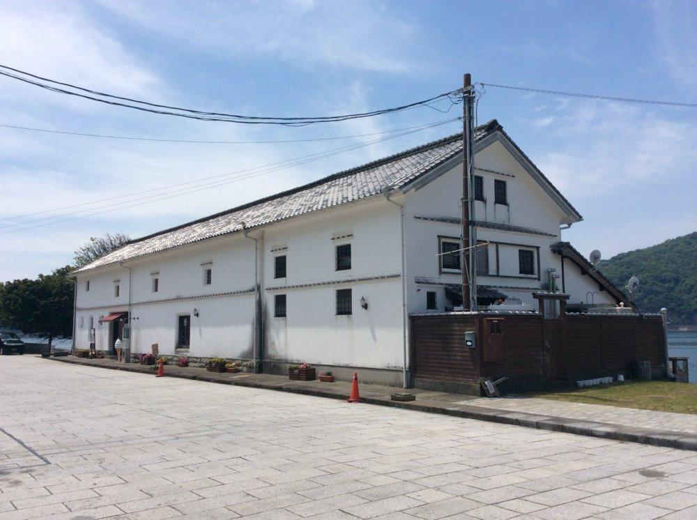 Старинное складское помещение Мисуми Кайун - красивое здание с белыми стенами. Сейчас используется в качестве ресторана.