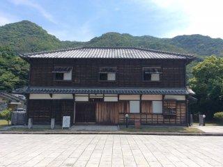 Старинный Такада Кайсо Тэн был построен в период Мэйдзи. Эта семья владела 4-мя судами, которые перевозили как пассажиров, так и грузы. На втором этаже порядка 10 комнат.