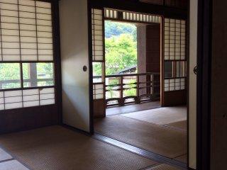 Старинный Такада Кайсо Тэн (второй этаж) - самая дальняя комната в доме с окнами на юг. Здесь есть ниша и набор ступенчатых полок, и возможно это самая дорого убранная комната здесь.