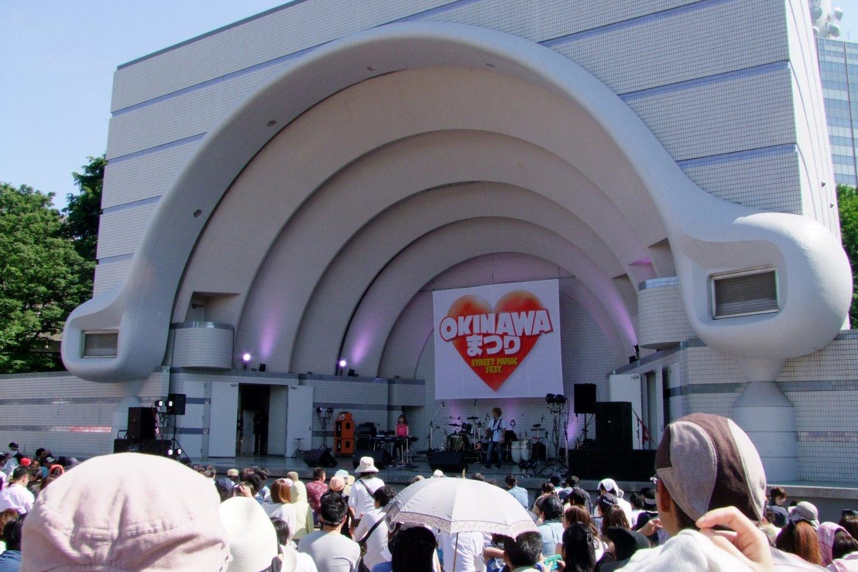 Mucha gente cerca del escenario principal