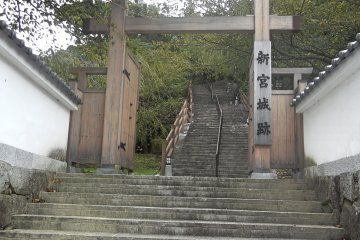 Главный вход в замок Танкаку. Путь от станции JR Сингу до руин замка занимает менее 15 минут пешком, или примерно 5 минут от храма Хаятама Тайся.