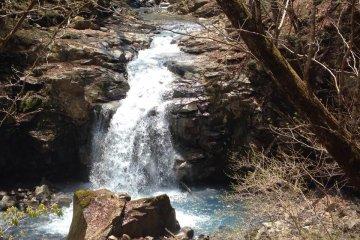 Первый водопад вдоль тропы