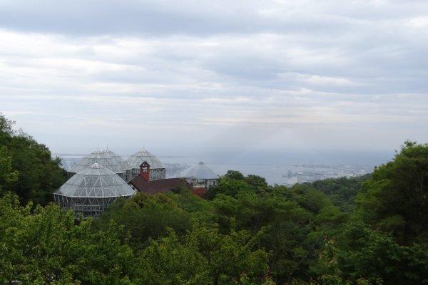 โดมกระจกของสวน Kobe Nunobiki Herb Gardensและเมืองโกเบเป็นฉากหลัง