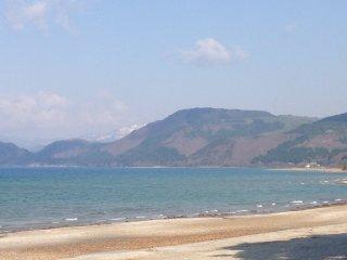 Làn nước trong xanh tuyệt đẹp với dãy núi ở phía xa, không có dấu hiệu nào của nền văn minh.