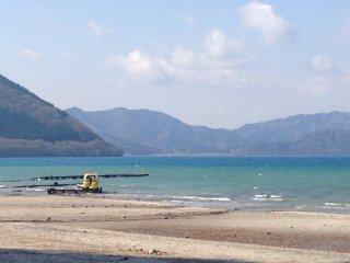 Thuê một chiếc thuyền và khám phá hồ nước hay dạo chơi thư giãn trên hồ khi nước lặng sóng
