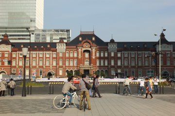 <p>มองสถานีจากถนนที่ตัดตรงไปยัง Impereal Palace</p>