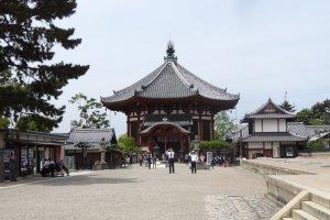 วัดโคะฟุกุจิ (Kōfuku-ji) วัดที่งดงามและเก่าแกของนารา ซึ่งเป็นจุดเริ่มต้นของนาราปาร์ค