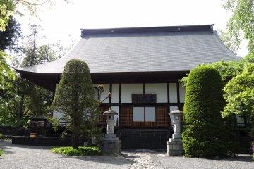 <p>วัดเล็กๆ ที่สวยและสงบริมทะเลสาปคะวะกุชิโกะ</p>