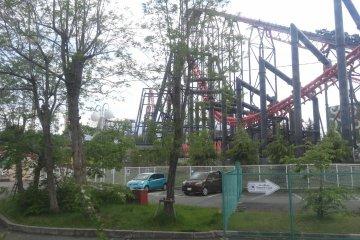 <p>roller coaster ของสวนสนุก Fuji Q Highland มองจากบนรถไฟสายฟูจิกิวโกะ</p>