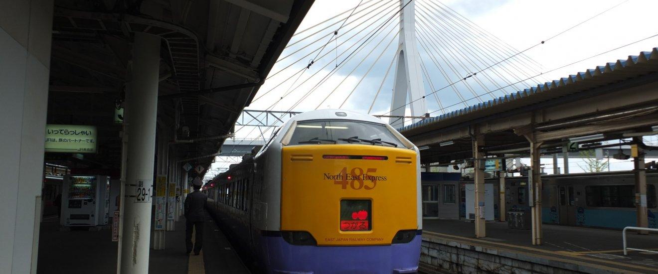 รถด่วน Tsugaru Limited Express จอดที่สถานี Aomori