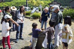 Para pengunjung mencuci tangan setelah memanen daun teh.