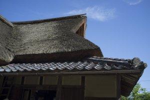 Mái của trà quán Ajimano.