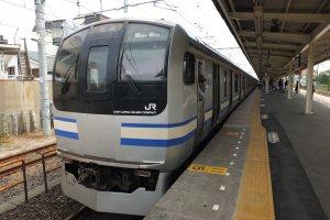 Tobu Line/Yokosuka Line ถ้าเห็นลายแบบนี้มั่นใจได้เลยว่าขบวนนี้ไปถึงคามาคุระ