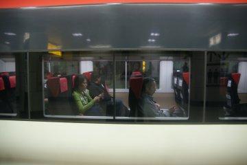 <p>ความกว้างระหว่างที่นั่งบนขบวนรถไฟ</p>