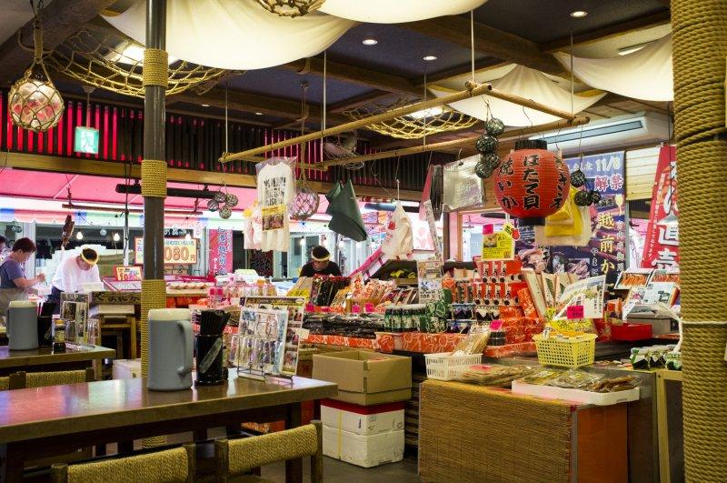 Магазин с самой яркой вывеской и самым большим ассортиментом морепродуктов