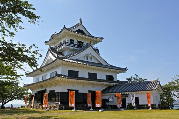 Tateyama Castle, also known as Hakkenden Museum, is modeled after a castle of the Tenshou period (1573-1592). It is composed of a main turret with a large roof supported by a horizontal beam capped off by a small watchtower.
