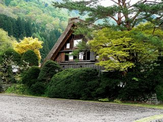 หนึ่งในบ้านหลังคาหญ้าซึ่งเป็นบ้านสองชั้นพร้อมด้วยห้องใต้หลังคา