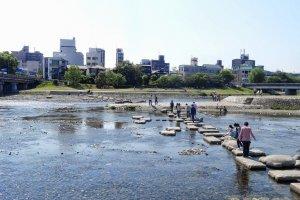 ตรงช่วงหนึ่งของแม่น้ำจะมีทางข้ามแม่น้ำ ที่ทำขึ้นให้ดูเหมือนก้อนหินใหญ่ๆตั้งเรียงรายเชื่อมแม่น้ำทั้งสองฝั่ง