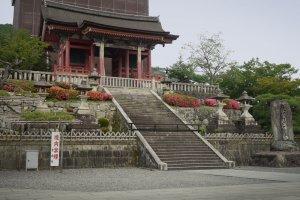 The western gate ofKiyomizu-dera, the world famous temple in Higashiyama in Kyoto City.