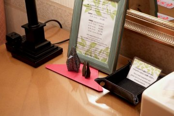 <p>Beautiful origami decorations on the writing desk.&nbsp;</p>