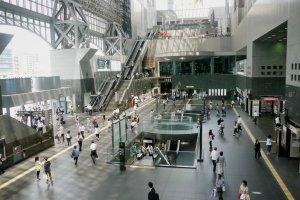 人がいっぱいの京都駅。ここからJR湖西線に乗る